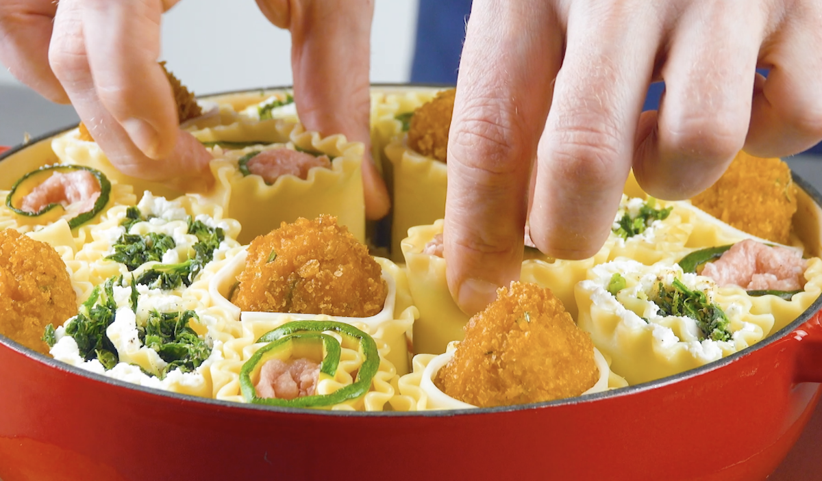 Cannelloni ripieni con ricotta e spinaci, cotoletta di pollo o zucchine e salsiccia