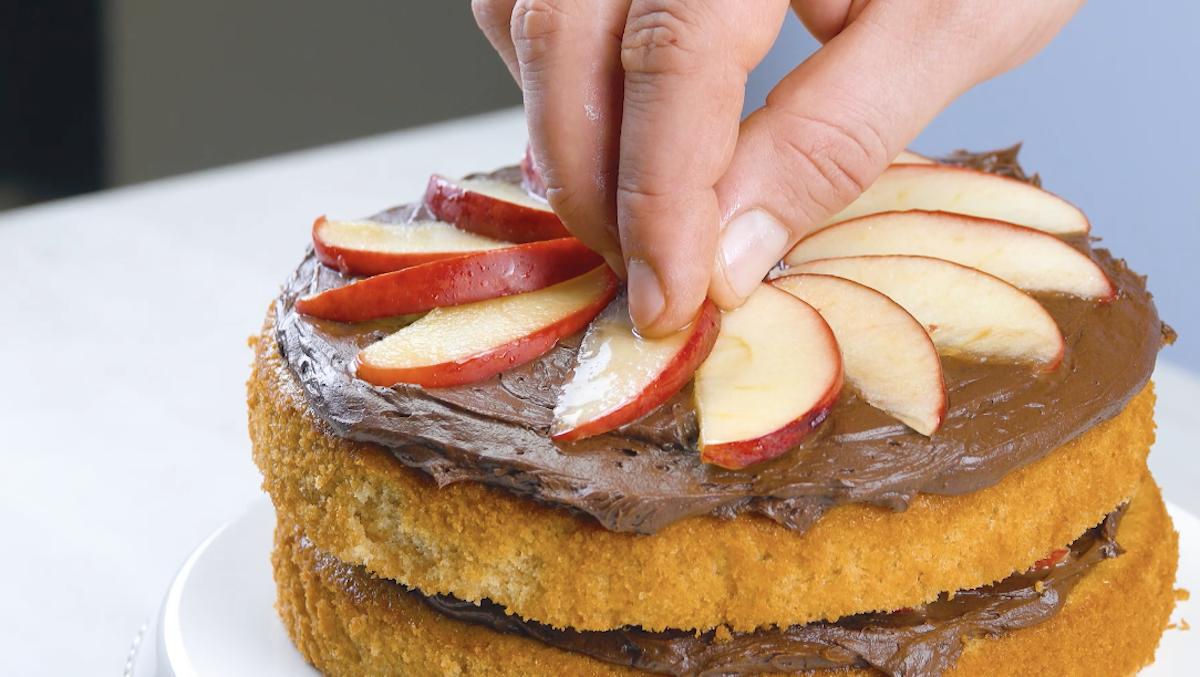 Secondo strato di torta glassa al cioccolato e mele al miele