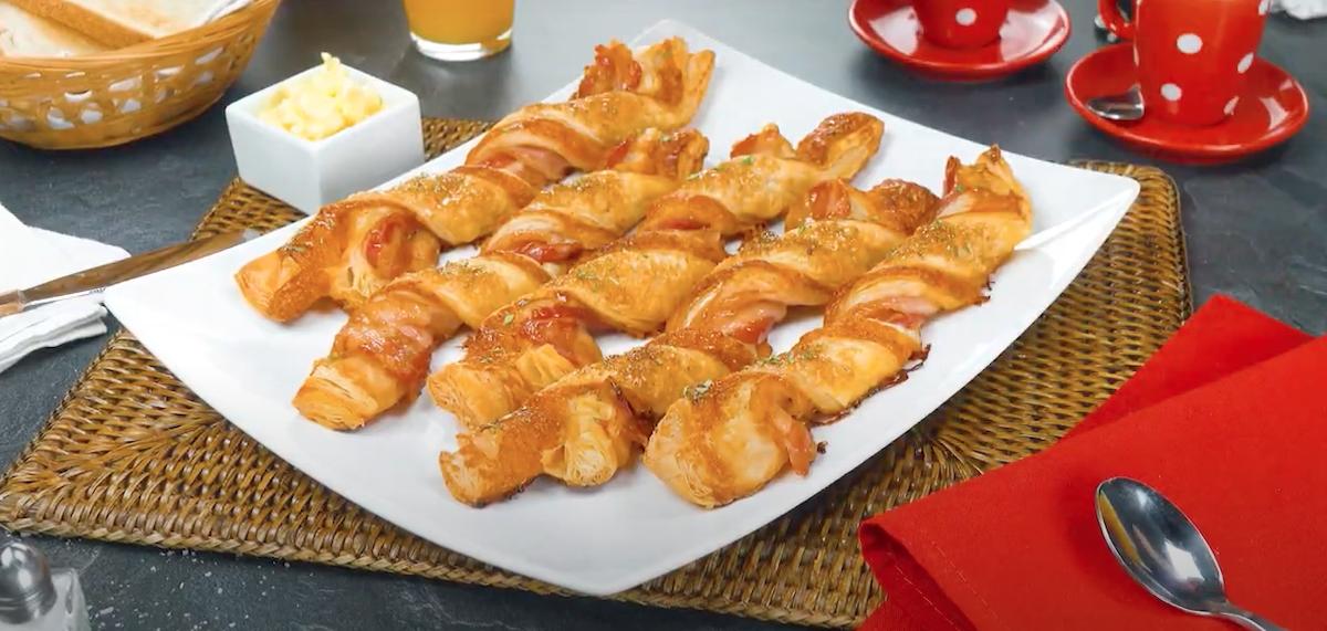 Bastoncini di pasta sfoglia con pancetta tesa e cheddar