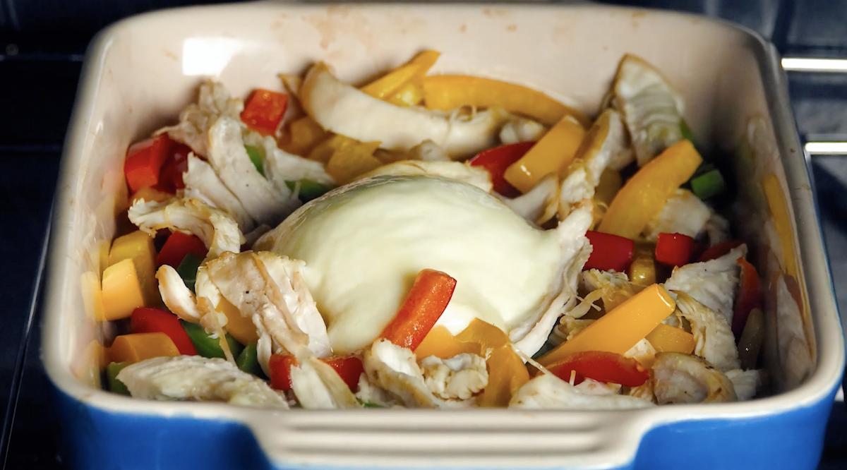 Mozzarella peperoni straccetti di pollo al forno