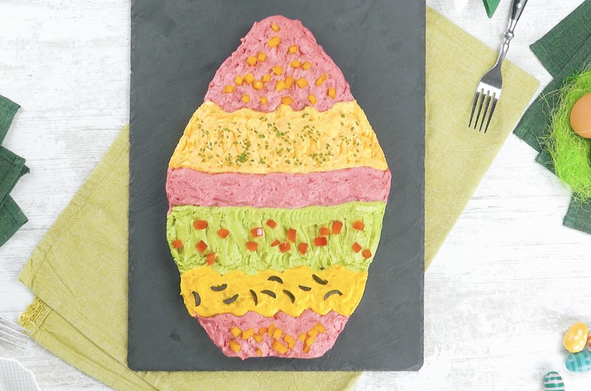 Uovo di Pasqua formato da uova ripiene colorate