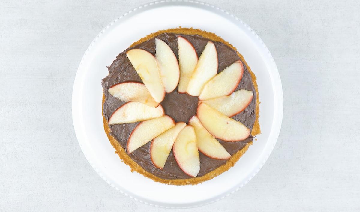 Strato di glassa al cioccolato e spicchi di mele