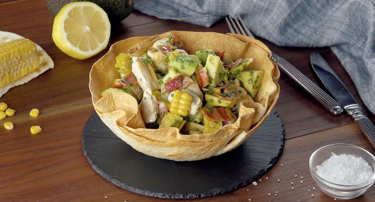 Insalata con avocado e petti di pollo in croccante cestino di tortilla