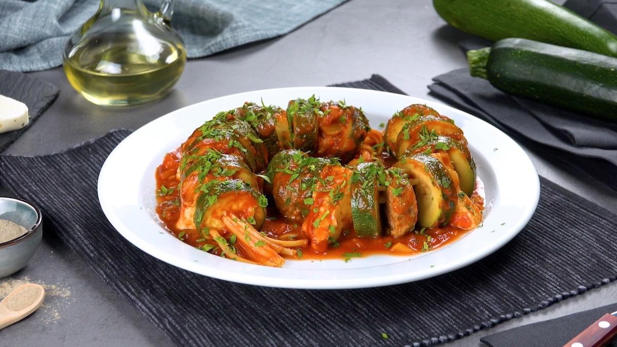 Spiedini di zucchine ripiene con carne macinata e formaggio greco
