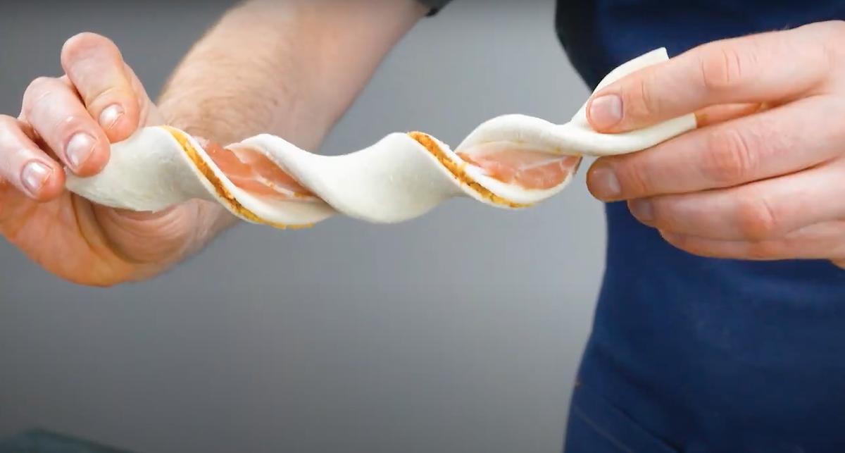 Bastoncini di pasta sfoglia e pancetta tesa