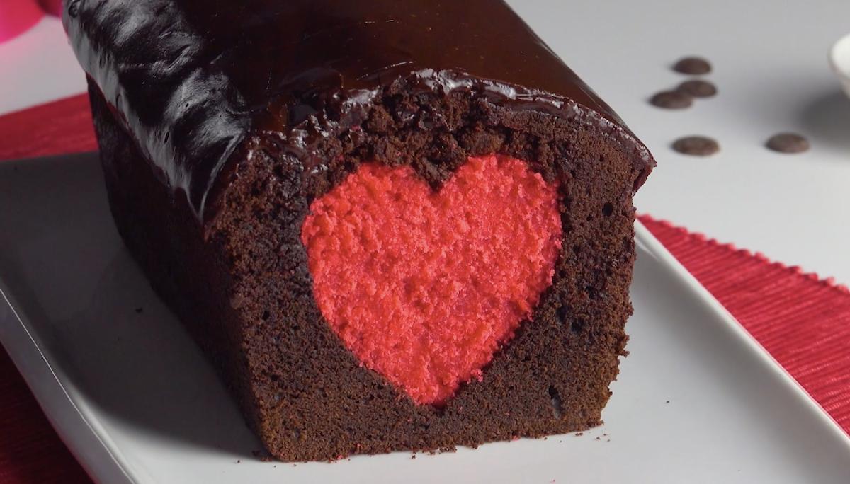 Torta al cioccolato dal cuore rosso
