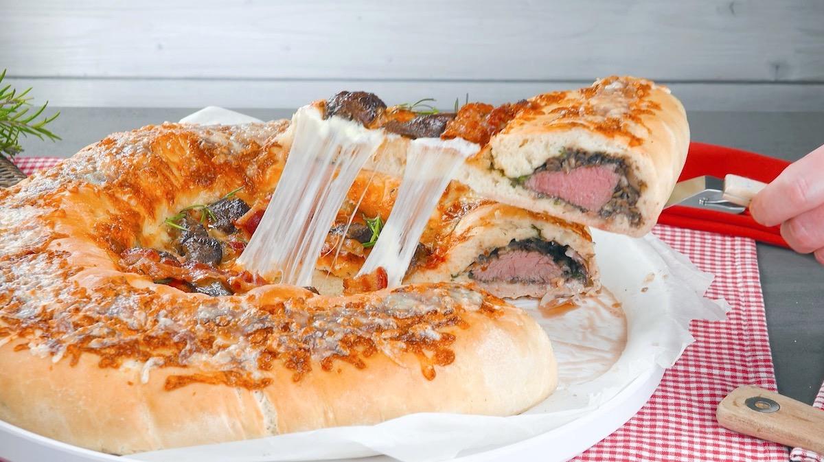 Pizza fatta in casa con filetto di manzo, funghi champignon e prosciutto crudo