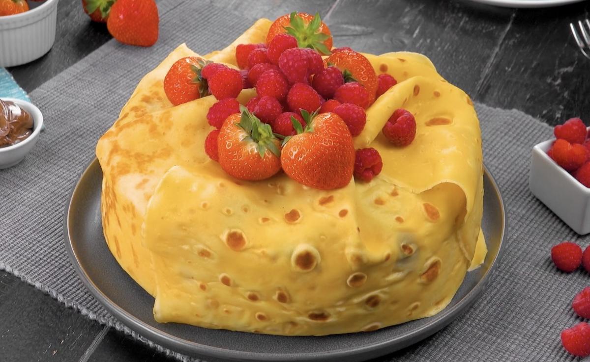 Torta di crepes con golosa crema al mascarpone, fragole e lamponi