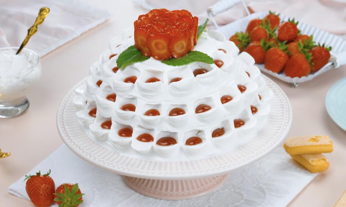 Torta di fragole con savoiardi e crema al mascarpone