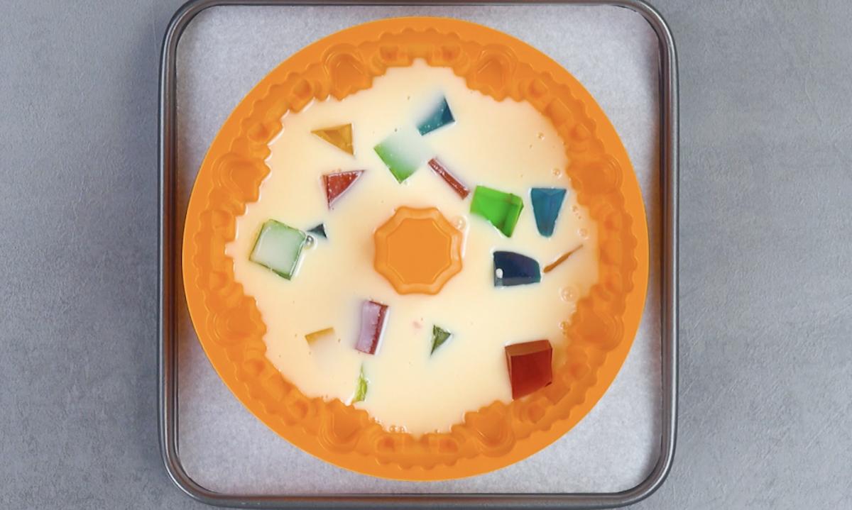 Cubetti di gelatina alla frutta colorata con crema alla frutta