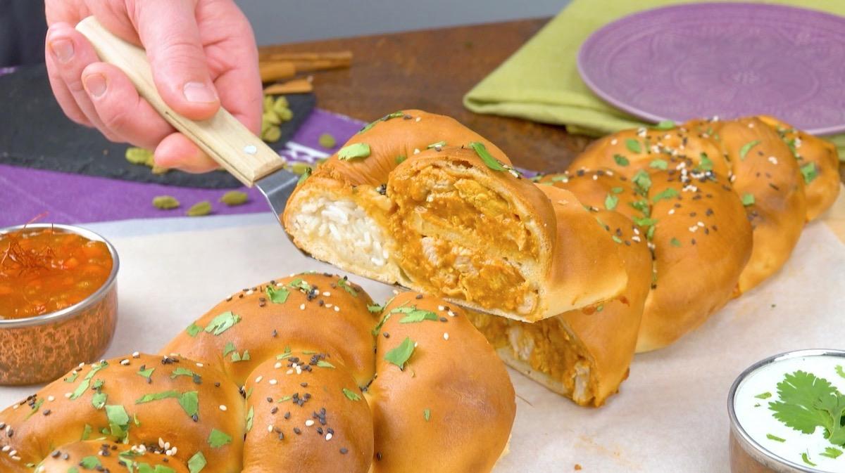 Treccia di pane naan ripiena di riso basmati e petto di pollo