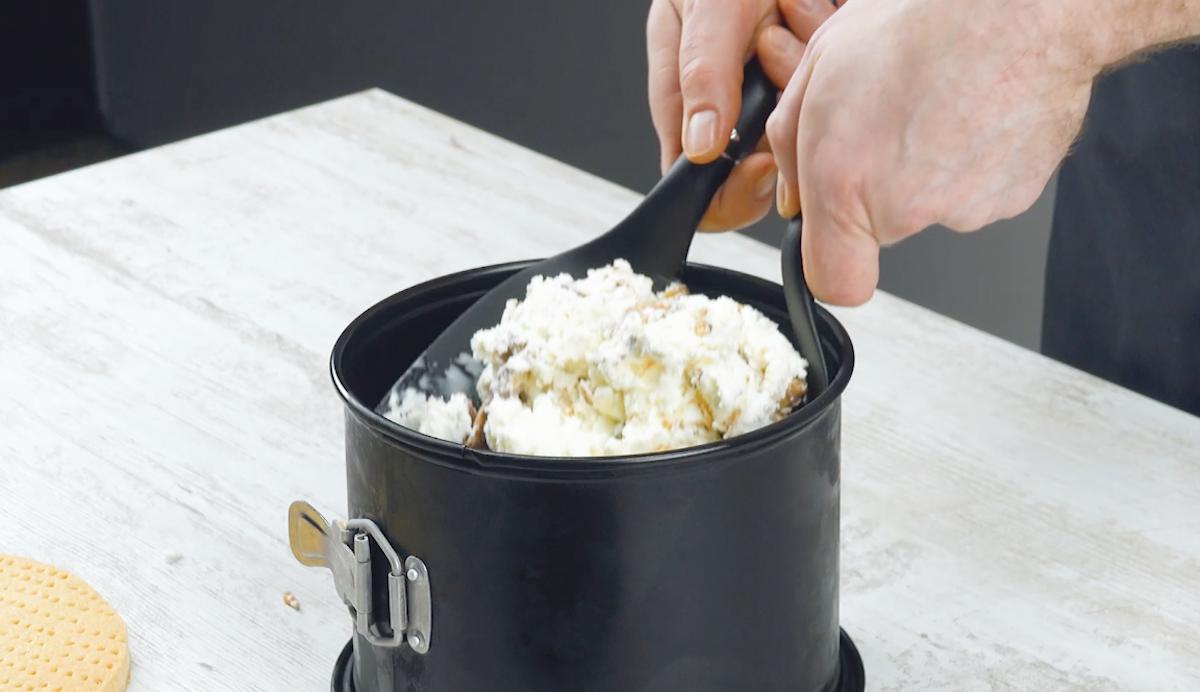 Strato di gelato alla vaniglia Twix e caramelle mou