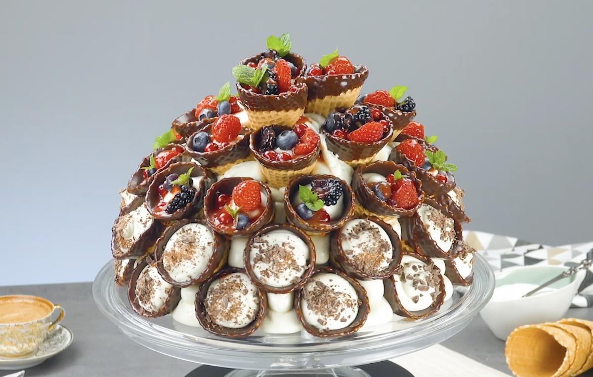Zuccotto di cialde gelato con mousse al cioccolato bianco e frutti di bosco