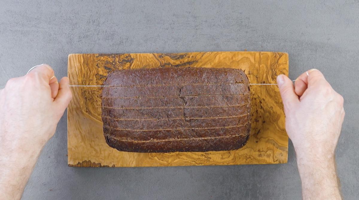 Plumcake al cioccolato affettato con filo interdentale