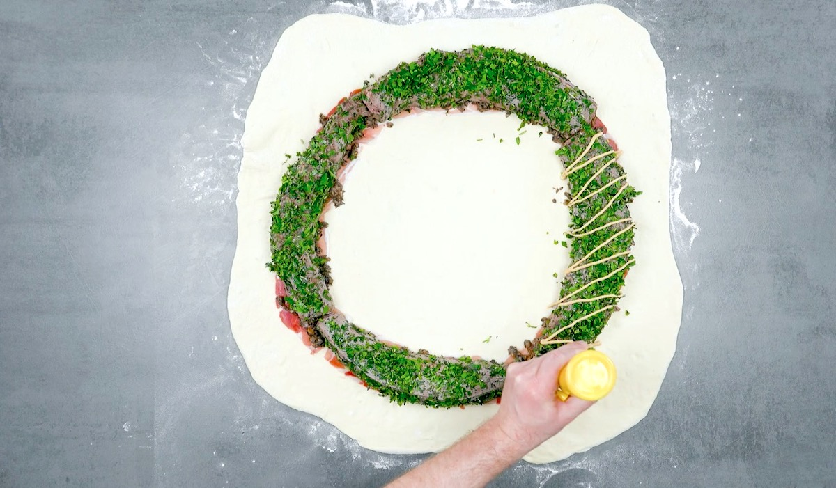 Pasta per la pizza con filetto di manzo disposto in cerchio
