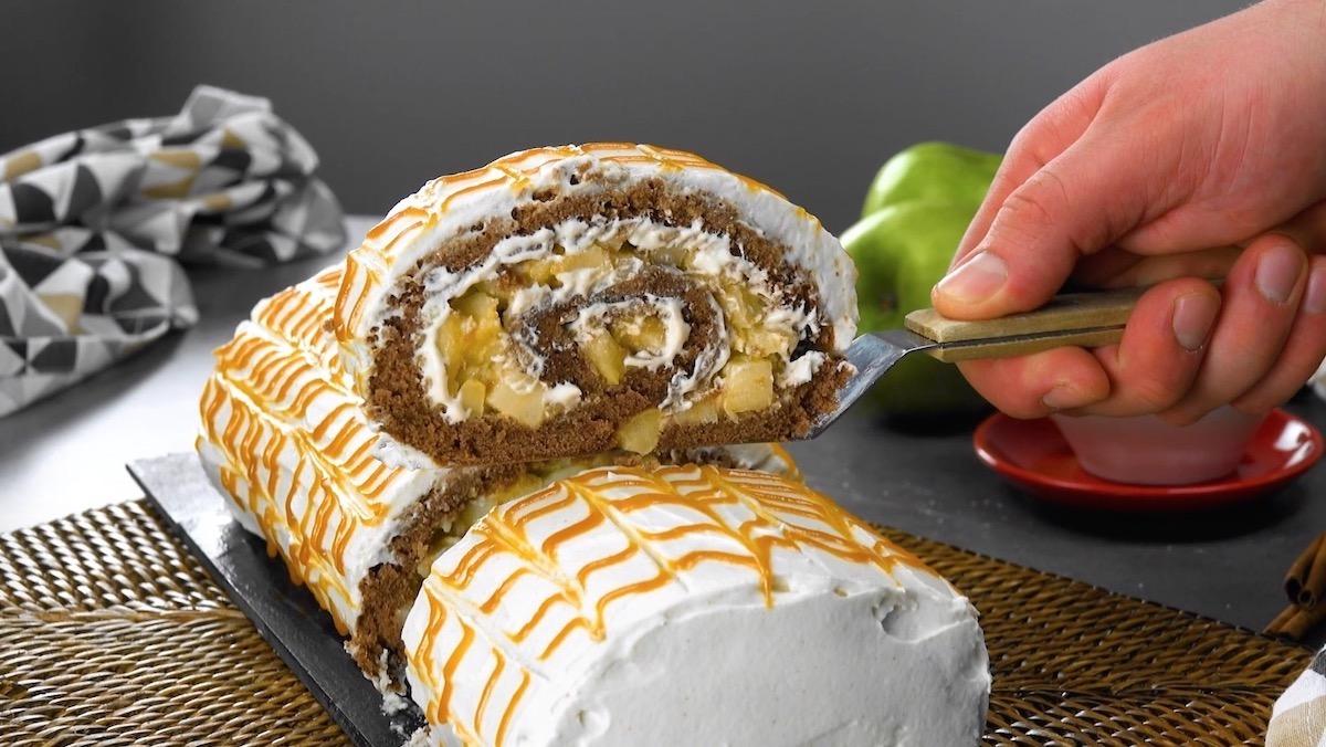 Rotolo dolce con mele caramellate e pan di Spagna