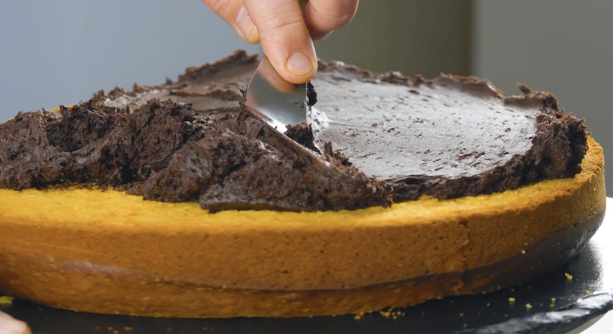 Crema al cioccolato su pan di spagna