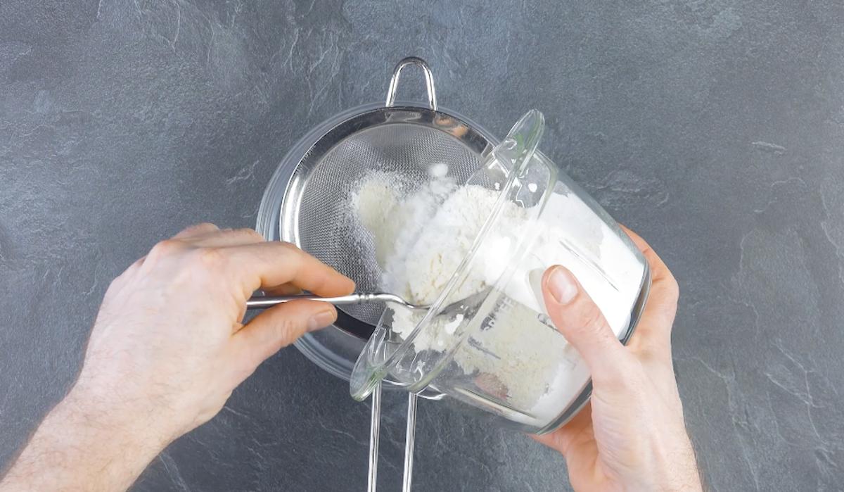 Mandorle tritate e zucchero a velo moulinette