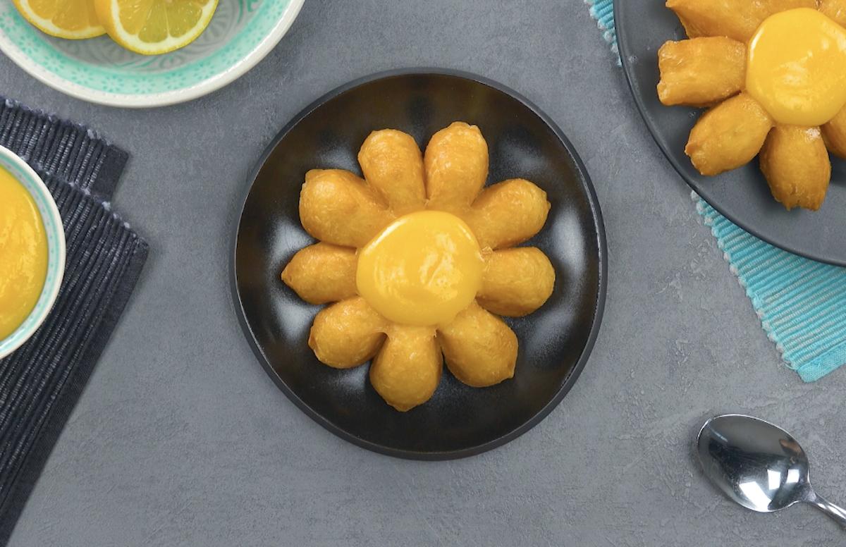 Dolci fiori fritti con crema al limone