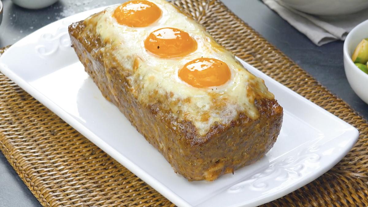 Polpettone ripieno con uova al forno