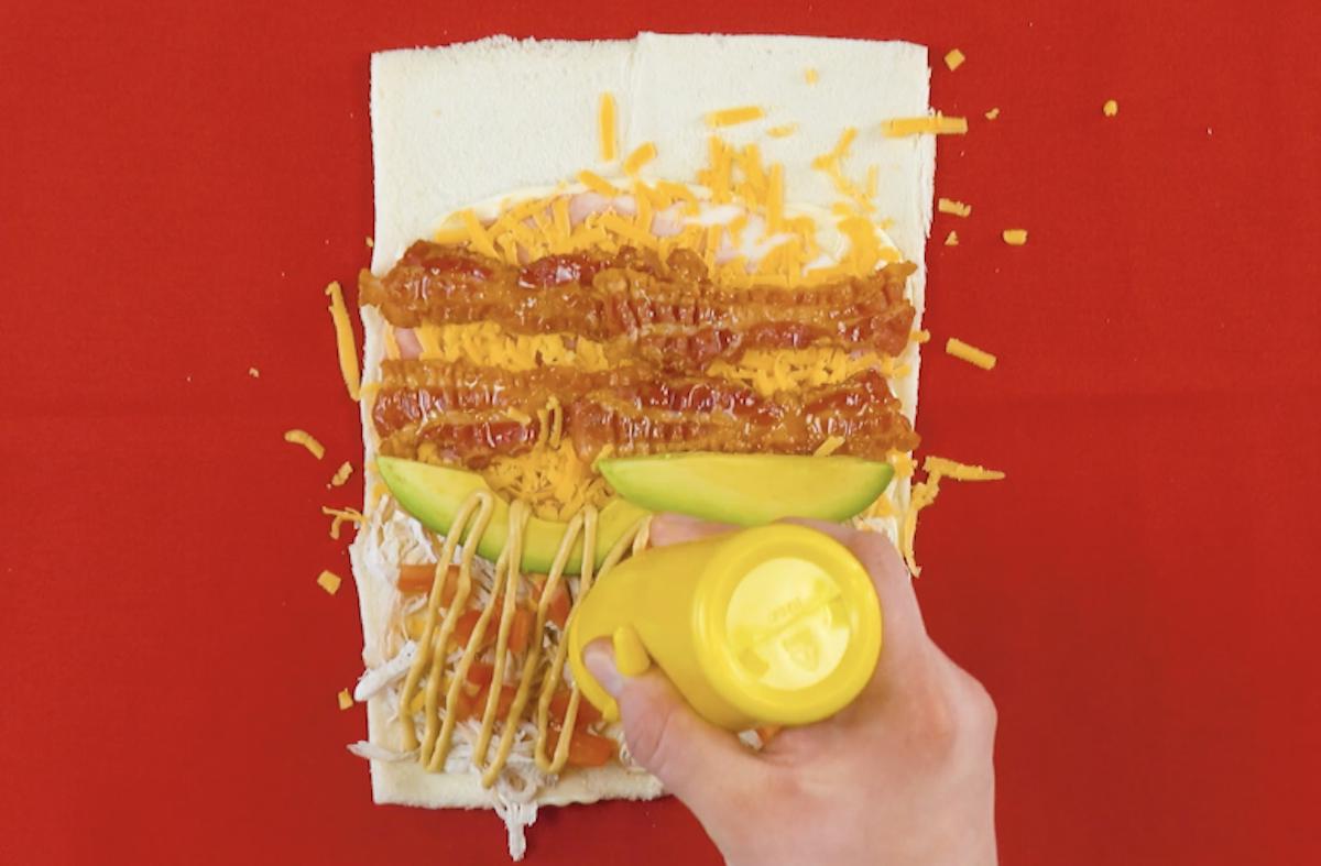 Pancarrè con prosciutto cotto, formaggio cheddar grattugiato, pancetta tesa fritta, avocado e pomodoro a dadini