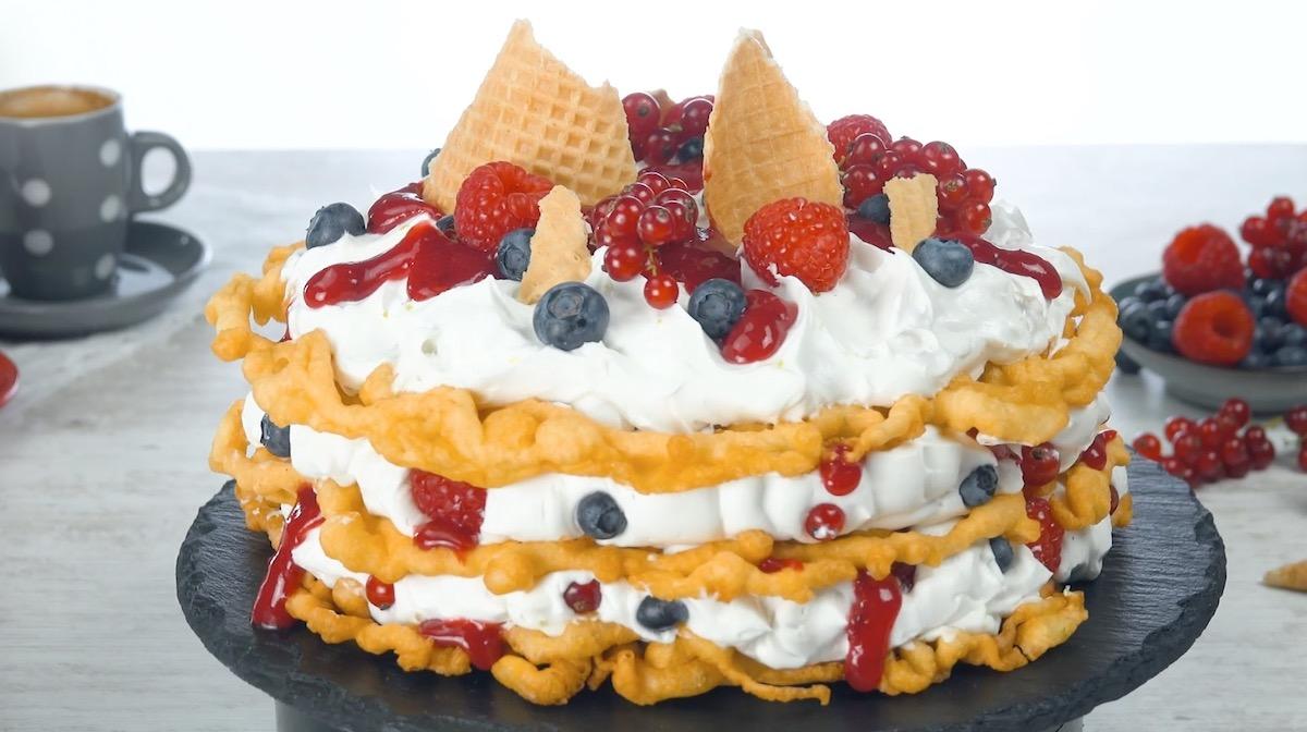 Funnel Cake con crema al cocco e frutti di bosco