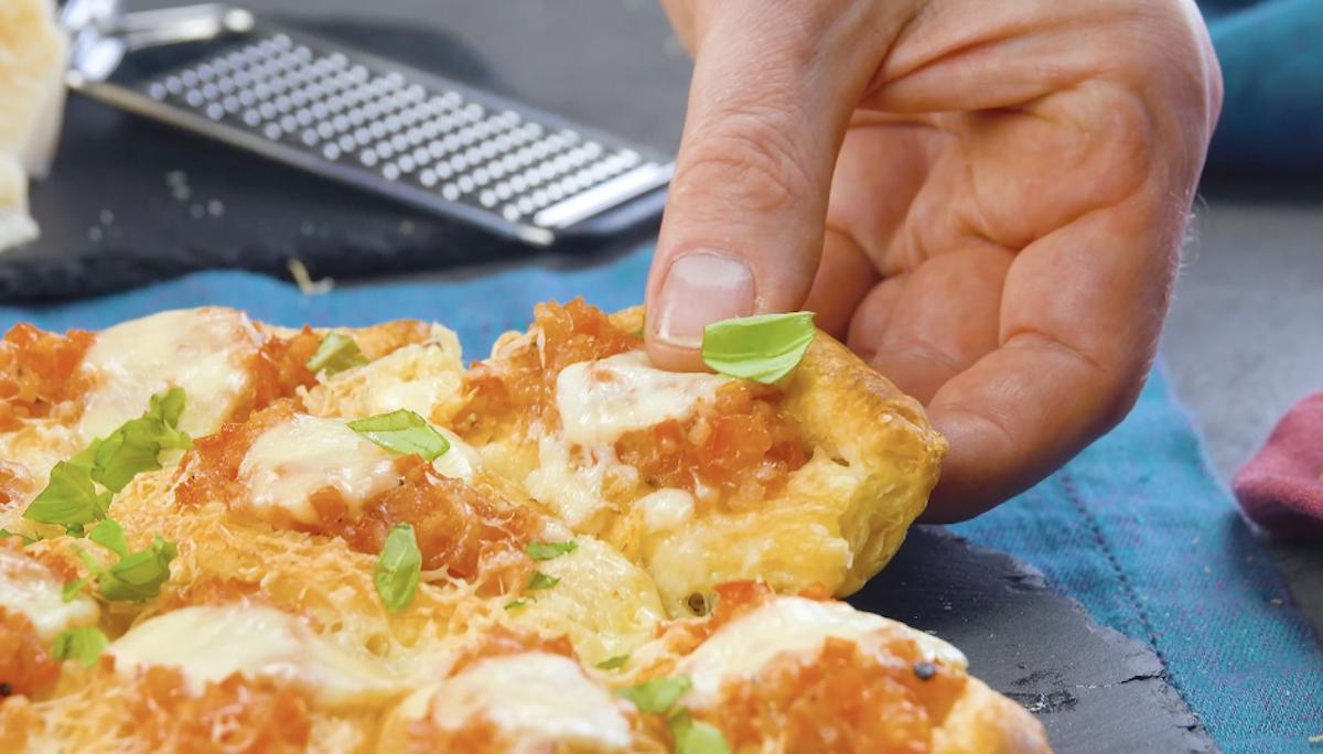 Barchette di pasta sfoglia ripiene di pomodoro e mozzarella