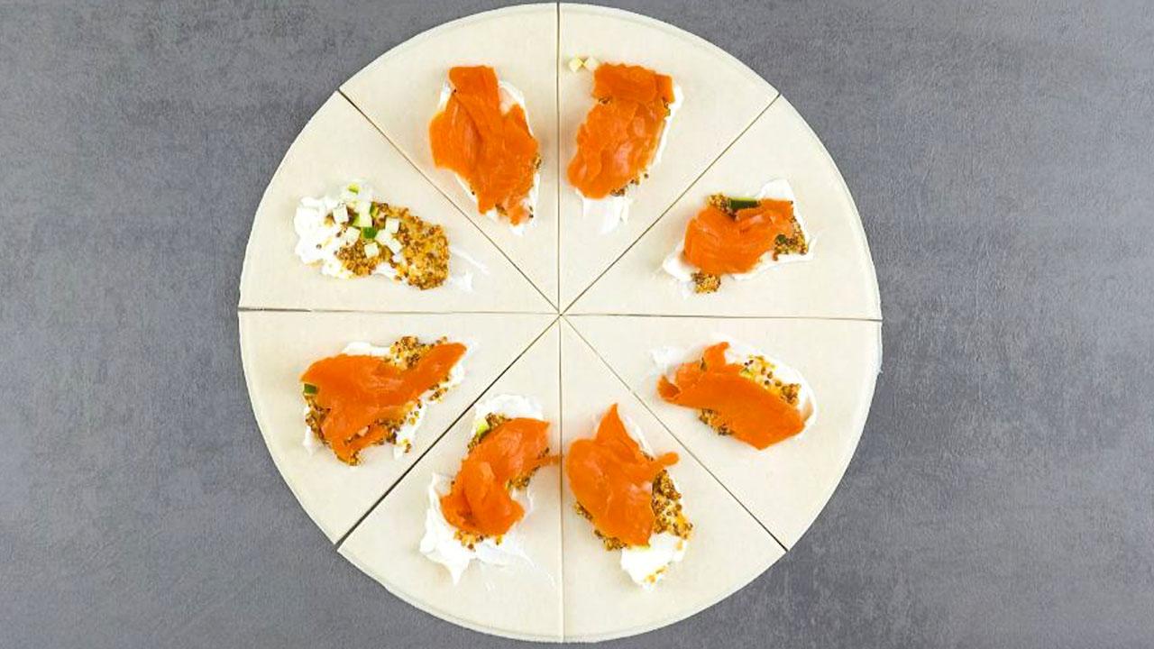 Pasta sfoglia con formaggio spalmabile, senape in grani, zucchine e salmone affumicato