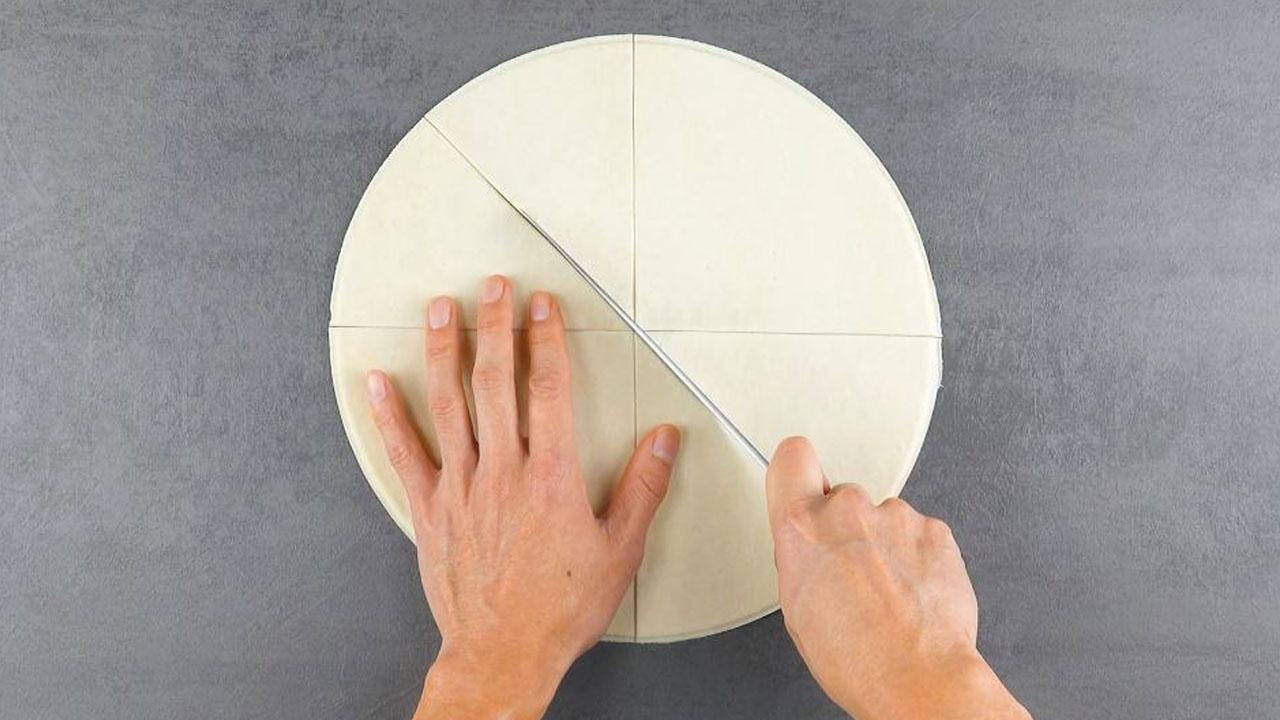 Cerchio di pasta sfoglia tagliato in spicchi
