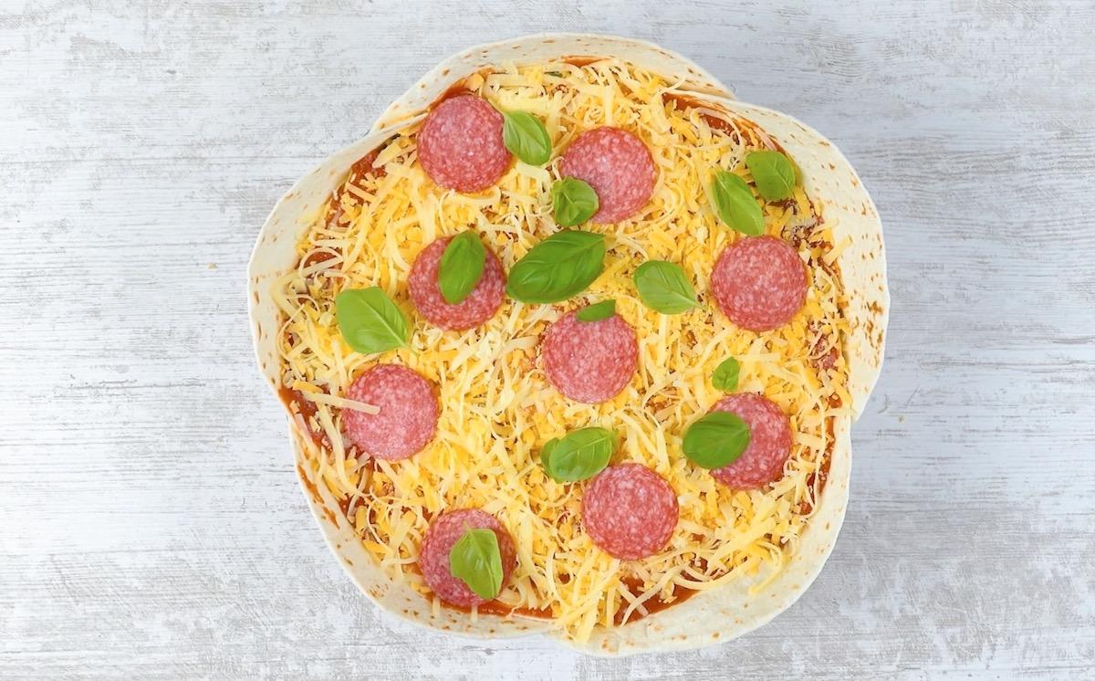Fette di salame, formaggio e basilico