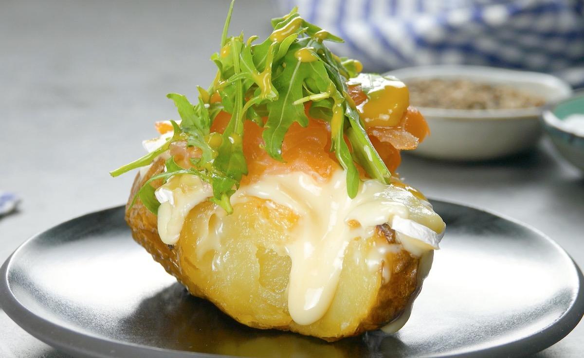 Patata al forno ripiena di salmone affumicato camembert e rucola