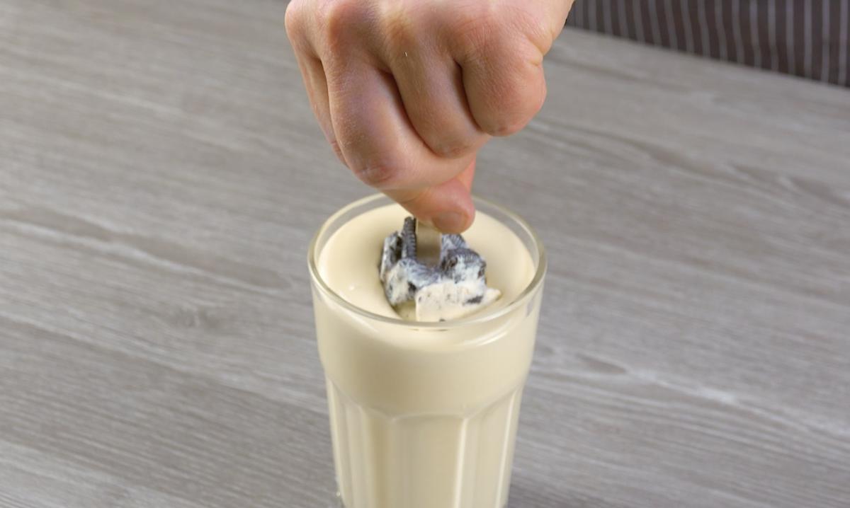 Stecco gelato immerso nel cioccolato bianco fuso