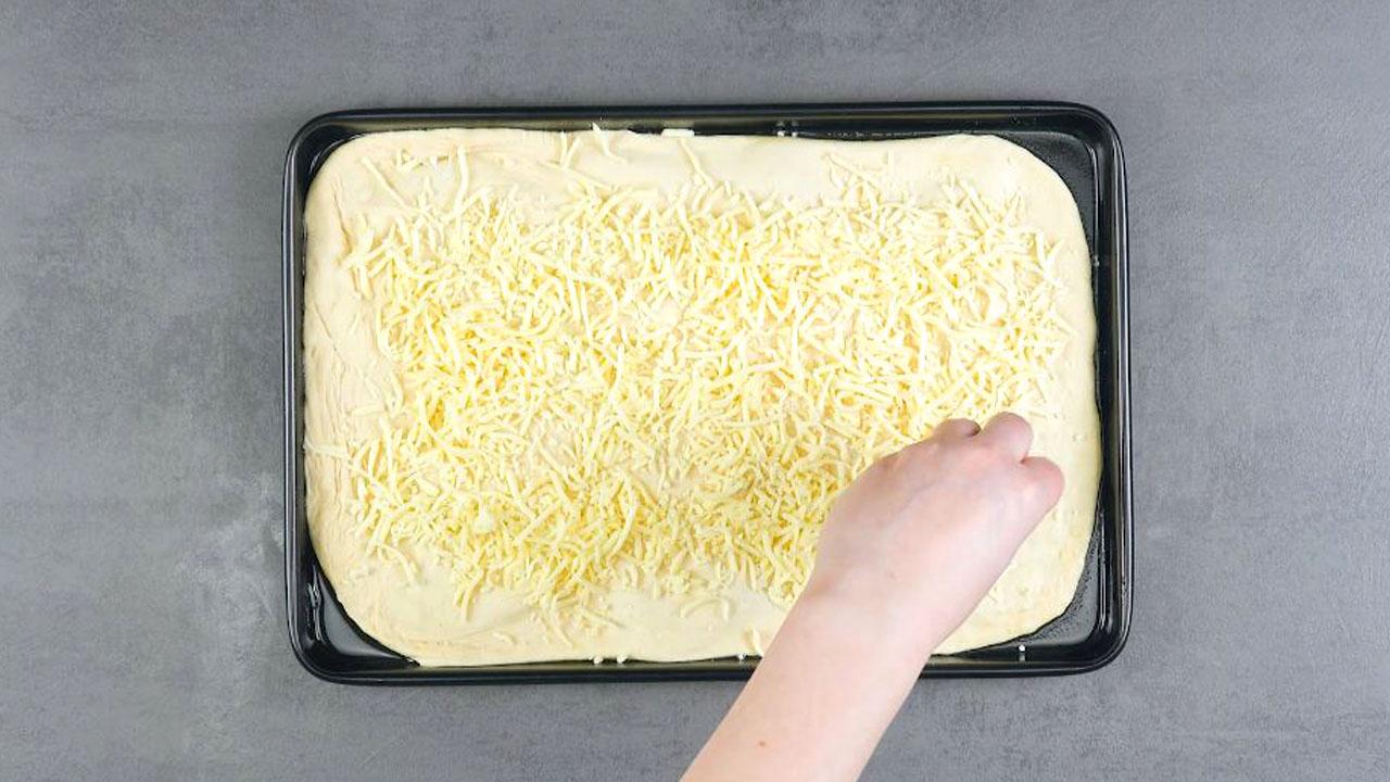 Impasto per focaccia con mozzarella per pizza