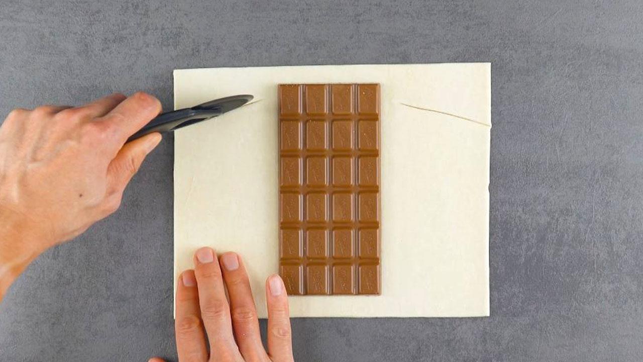 Tavoletta di cioccolato su pasta sfoglia