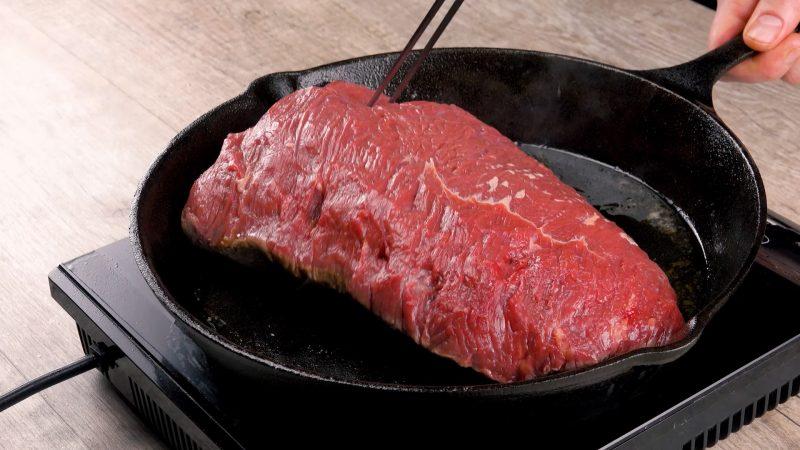 Taglio di carne di manzo in padella