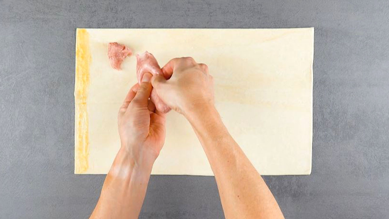 Carne di salsiccia sulla pasta sfoglia