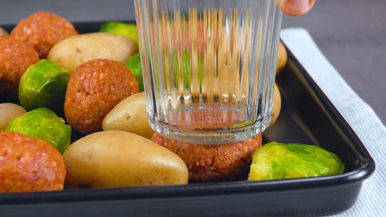 Bicchiere su patate lesse, polpette di carne e cavoletti di Bruxelles