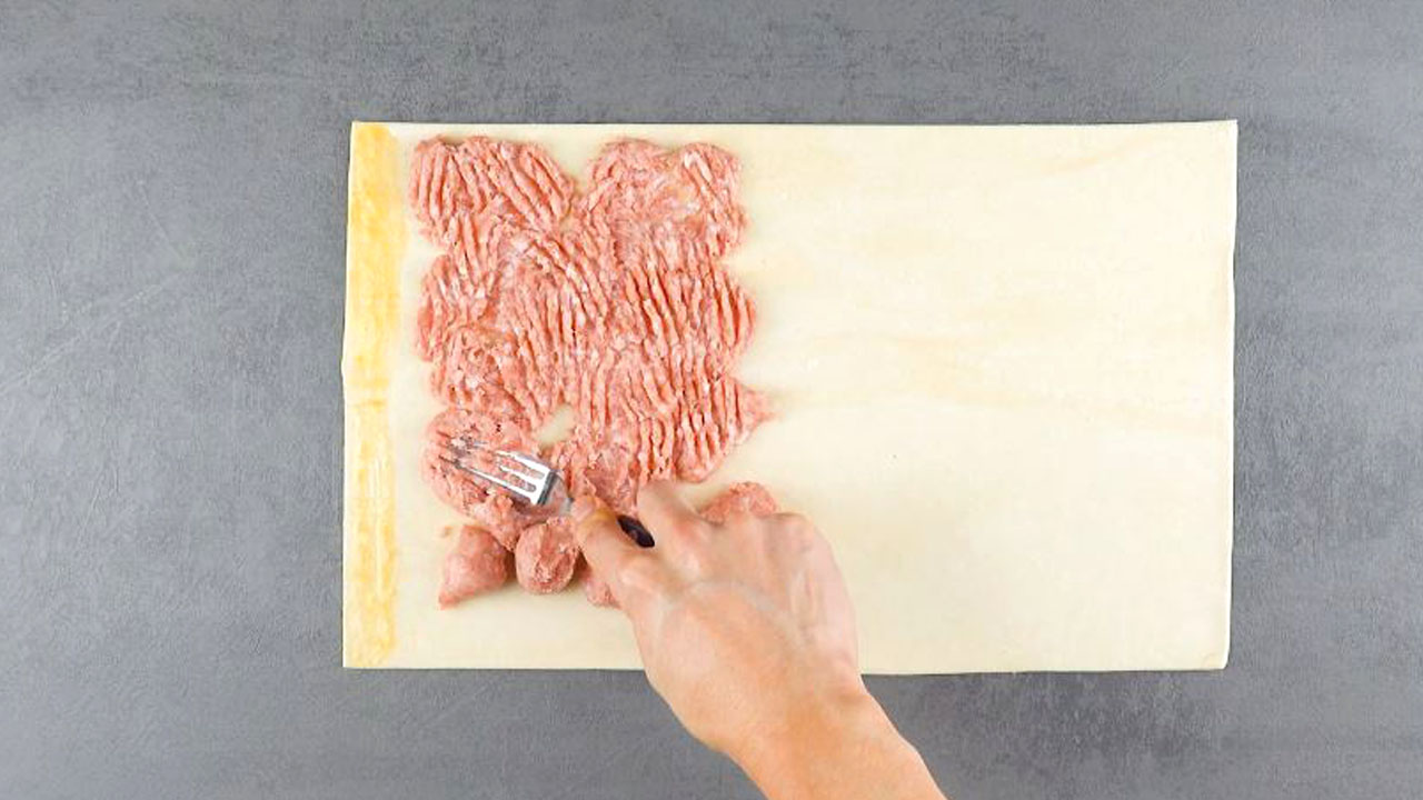 Pasta sfoglia con carne di salsiccia