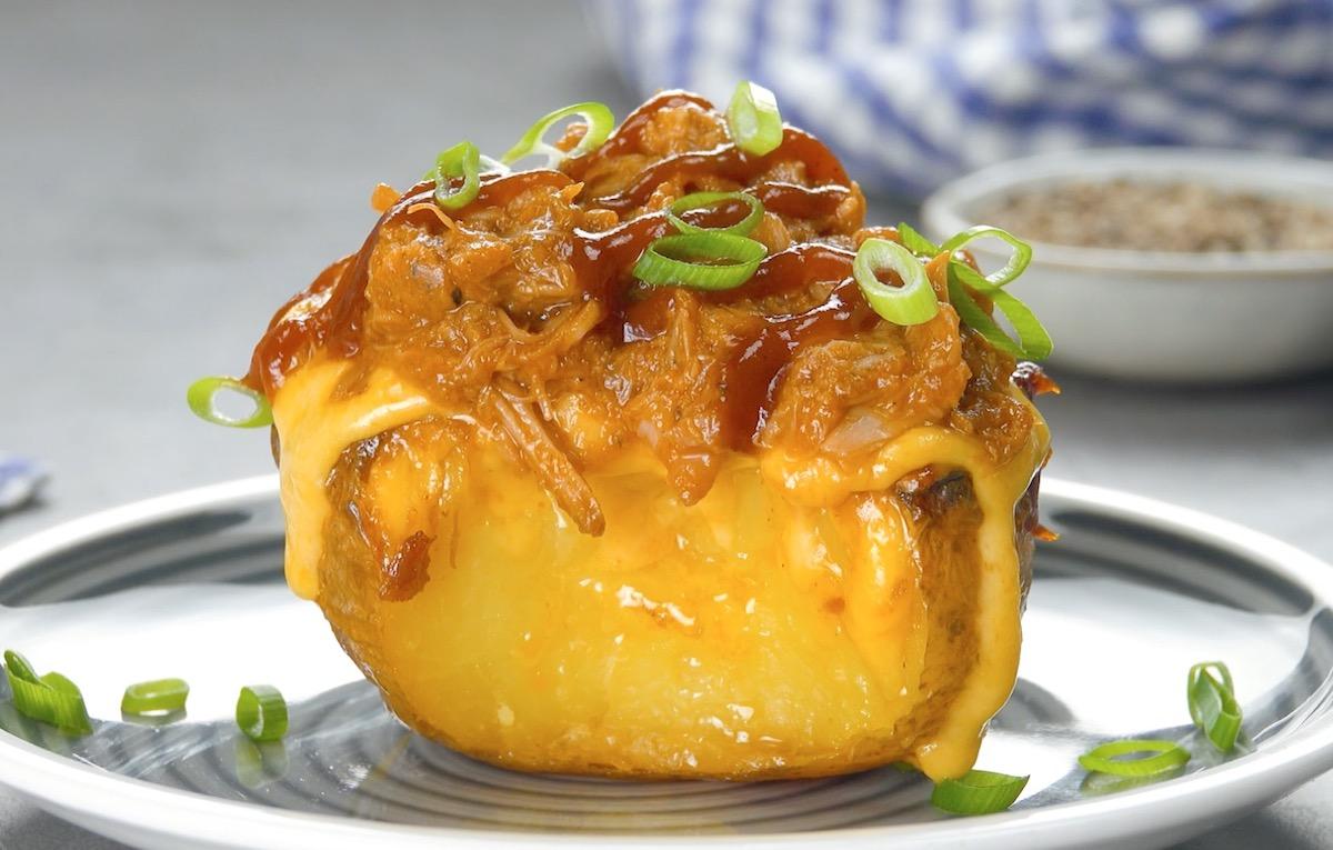 Patata al forno ripiena di pulled pork e salsa barbecue
