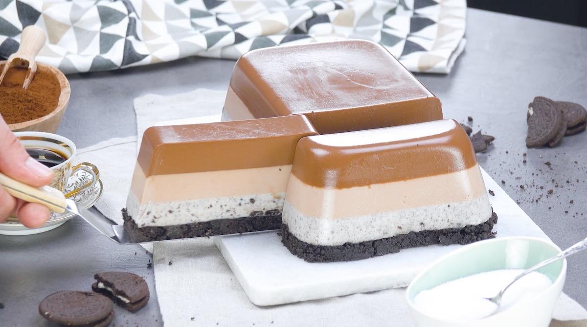 Torta a strati di crema al cioccolato e biscotti Oreo