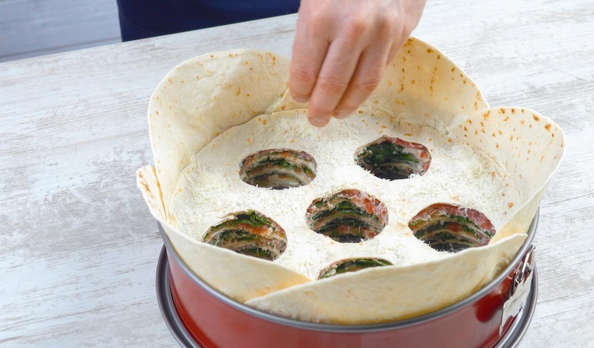 Torta salata di piadine ripiene con 6 fori