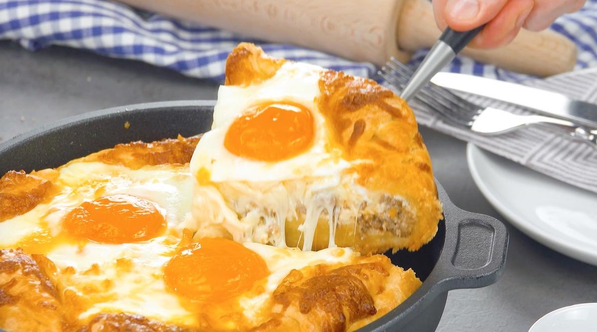 Pane ripieno di formaggio filante e uova al forno