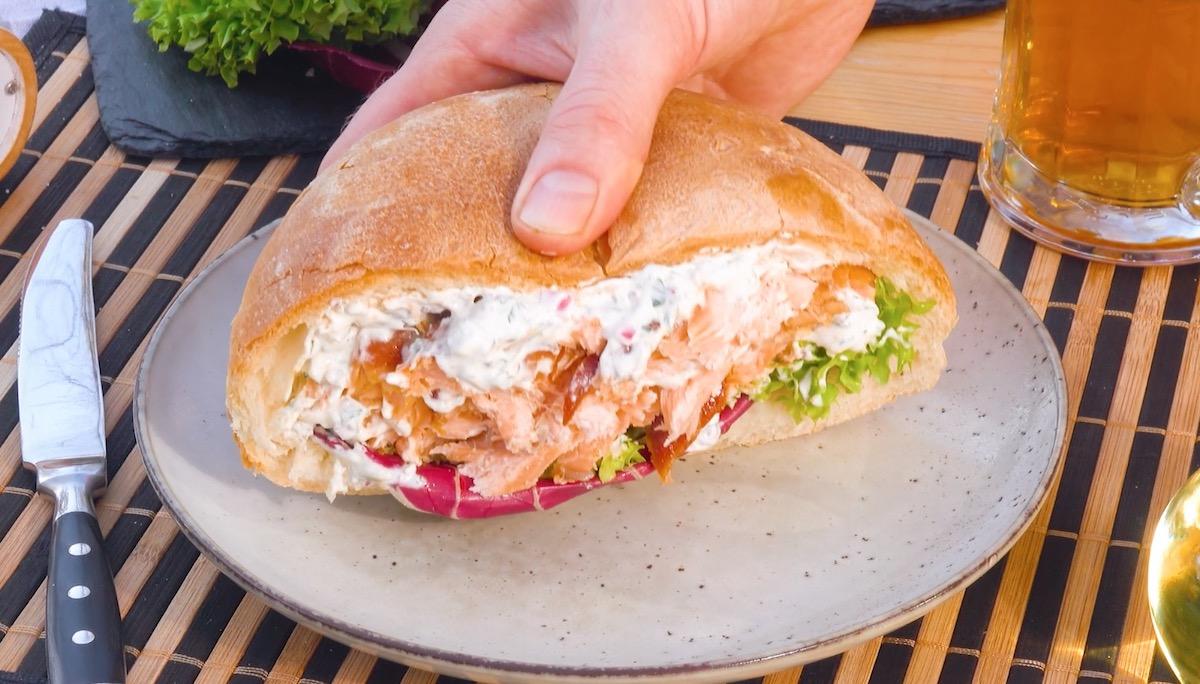 Pagnotta di pane fatto in casa farcito con treccia di salmone alla griglia