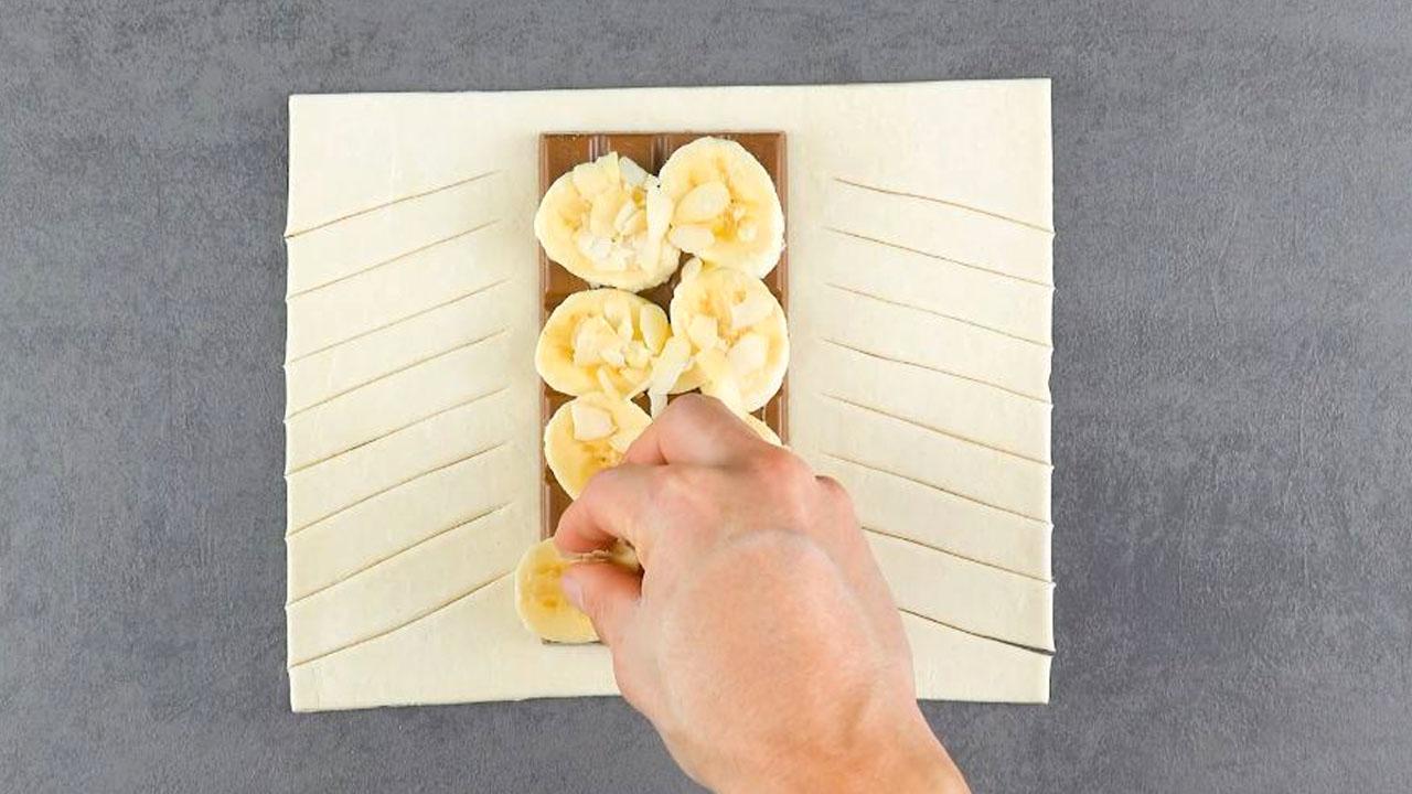 Banana e cioccolato su pasta sfoglia