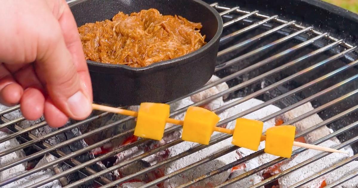 Spiedino di frutta alla griglia e straccetti di pollo