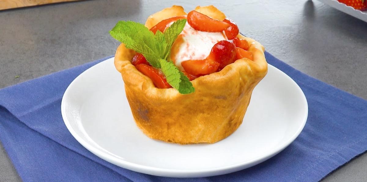 Cestini di pasta brioche con gelato alla vaniglia e macedonia di fragole