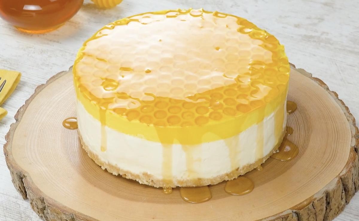 Cheesecake al miele a forma di alveare di api