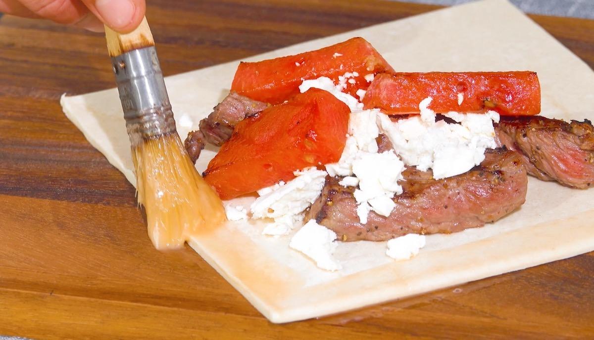 Pasta sfoglia con lombata, frutta alla griglia e feta greca