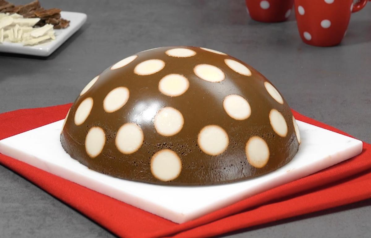 Torta soffice di budino al cioccolato a pois