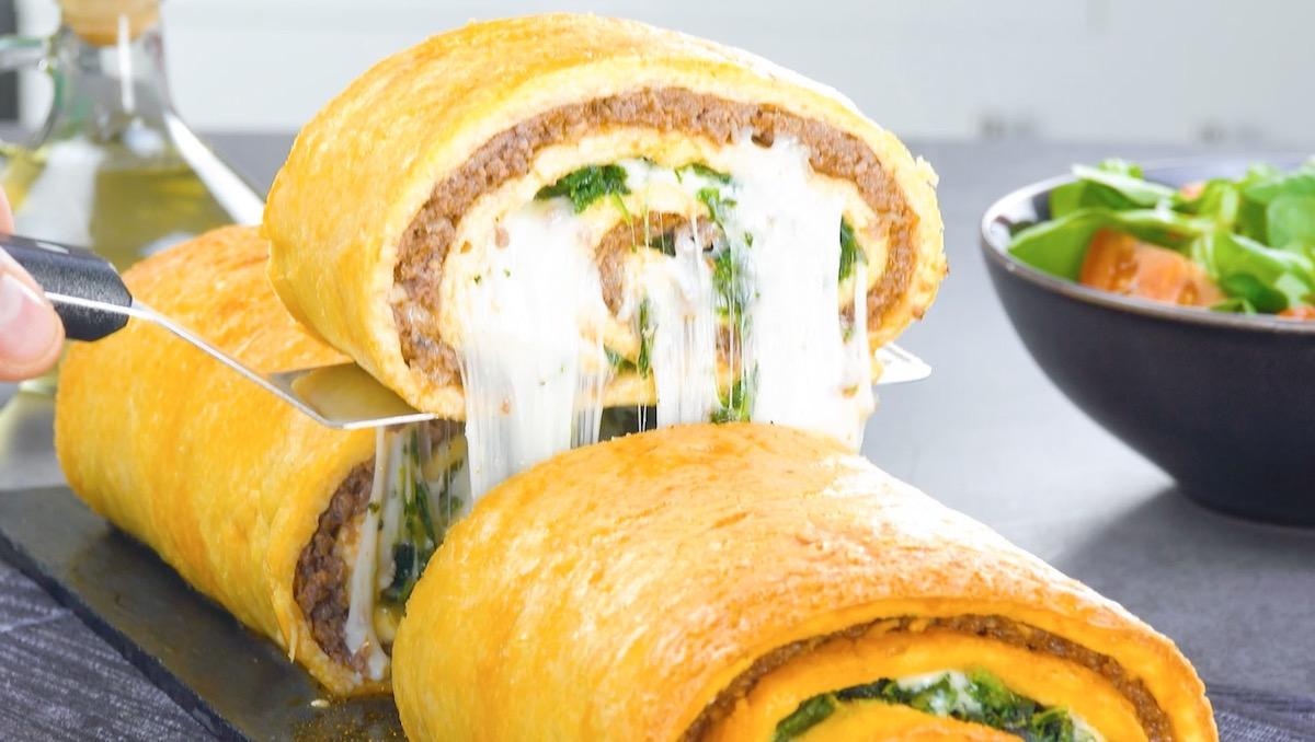 Rotolo di frittata ripiena di spinaci novelli, carne macinata e formaggio filante